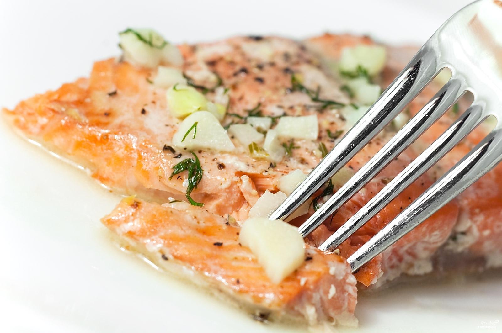 Сёмга с морковью, сметаной и луком