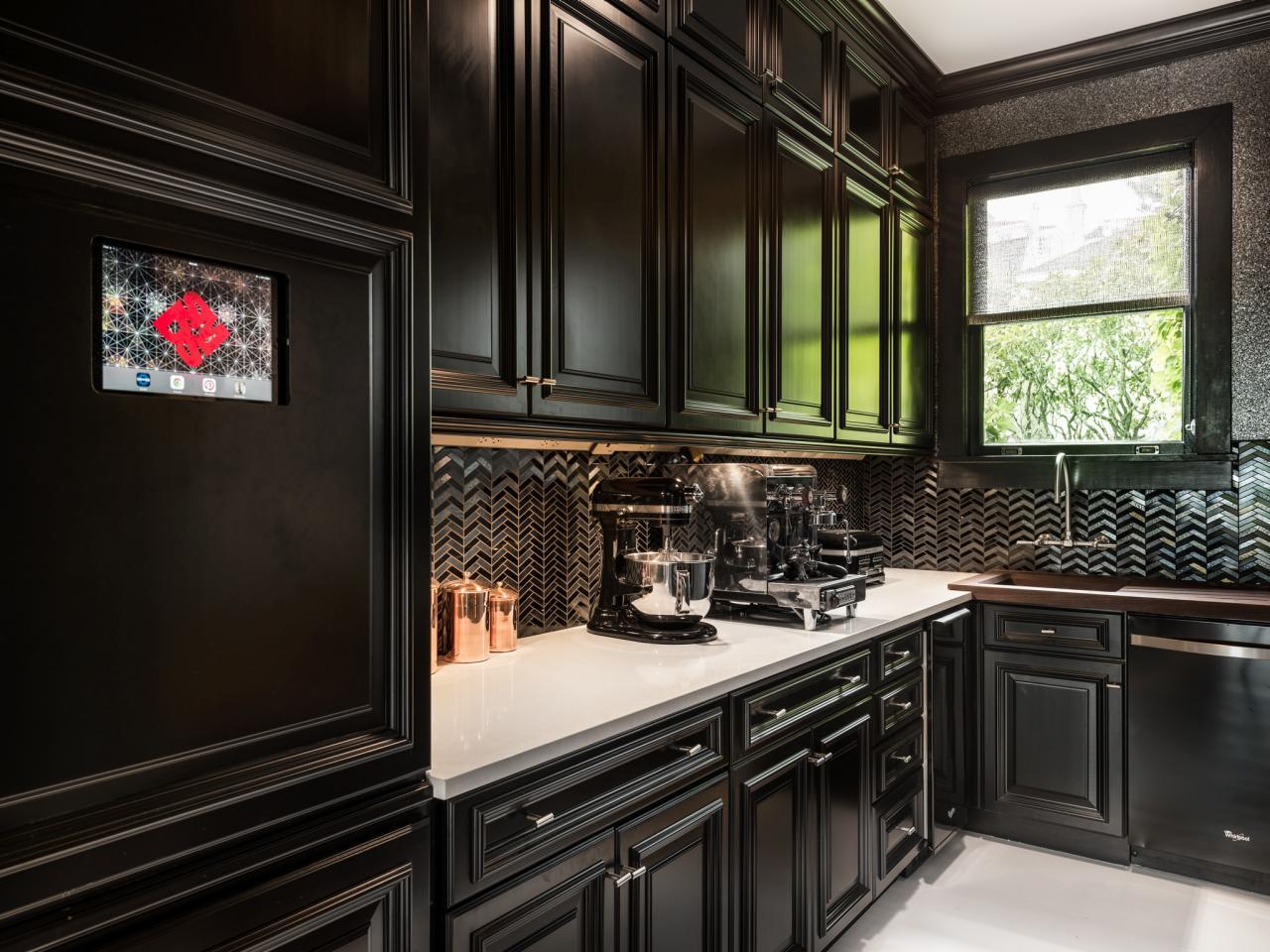 Тёмные цвета кухни